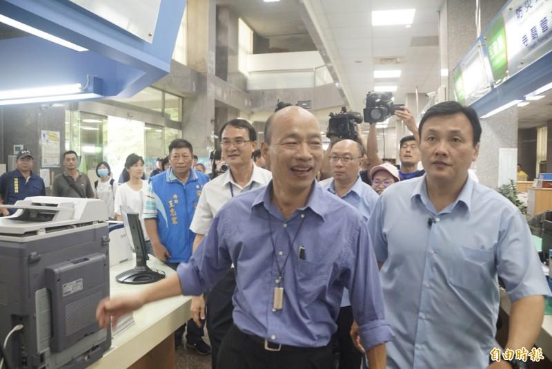 韓國瑜明出席行政院會,自嘲「政壇兩個大禿頭終於見面了」。(記者黃佳琳攝)