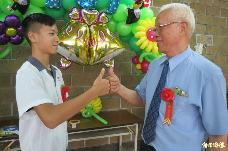 80歲阿公克服腦中風重返校園 跟15歲孫子一起國中畢業