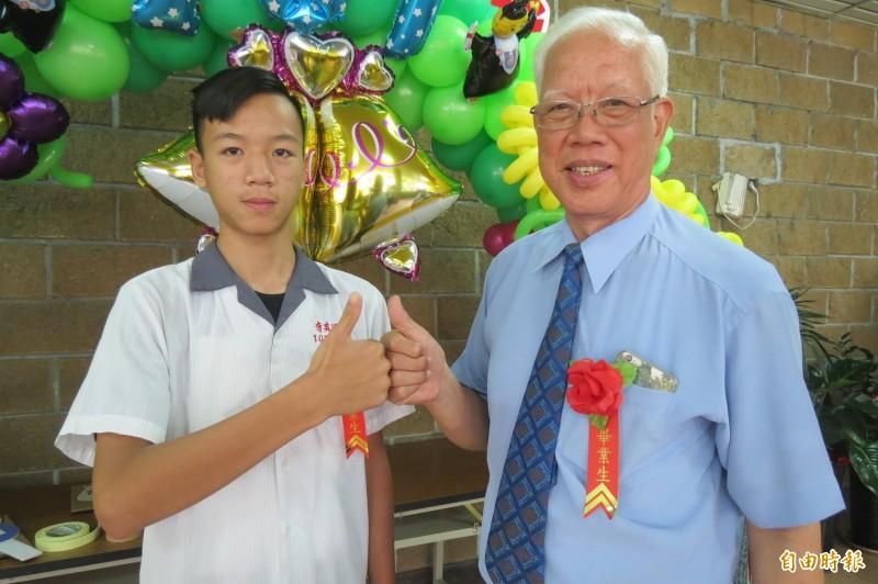 80歲阿公謝老云克服腦中風讀補校,跟15歲孫子謝竣綺一起國中畢業。(記者蘇孟娟攝)