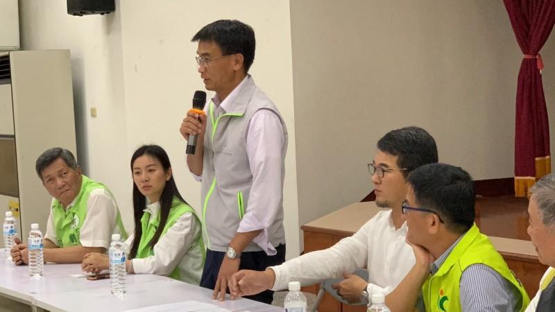 麻竹筍價格低,農委會主委陳吉仲昨天到古坑與筍農座談。(劉建國服務處提供)