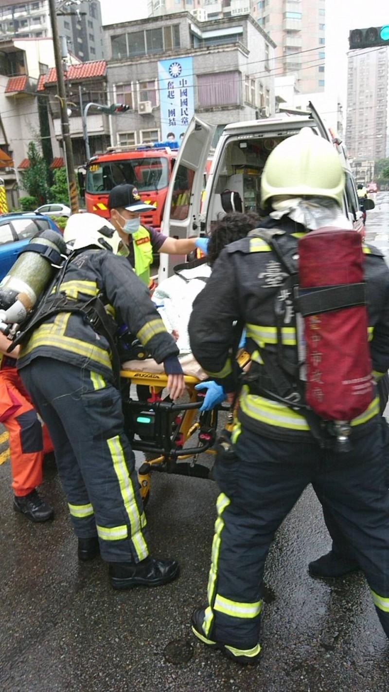 妙齡女被送醫救治。(消防局提供)