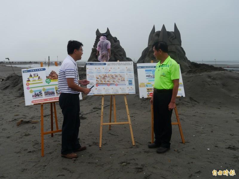 台中市議員吳敏濟(右)會勘大安沙雕進度。(記者張軒哲攝)