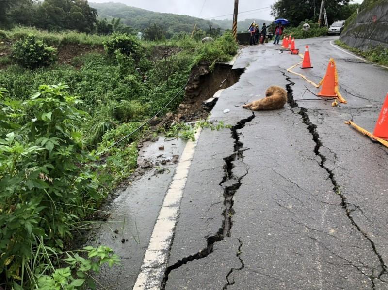 苑裡水坡里往通霄坪頂農路塌陷,路面出現15公尺裂縫。(記者蔡政珉翻攝)