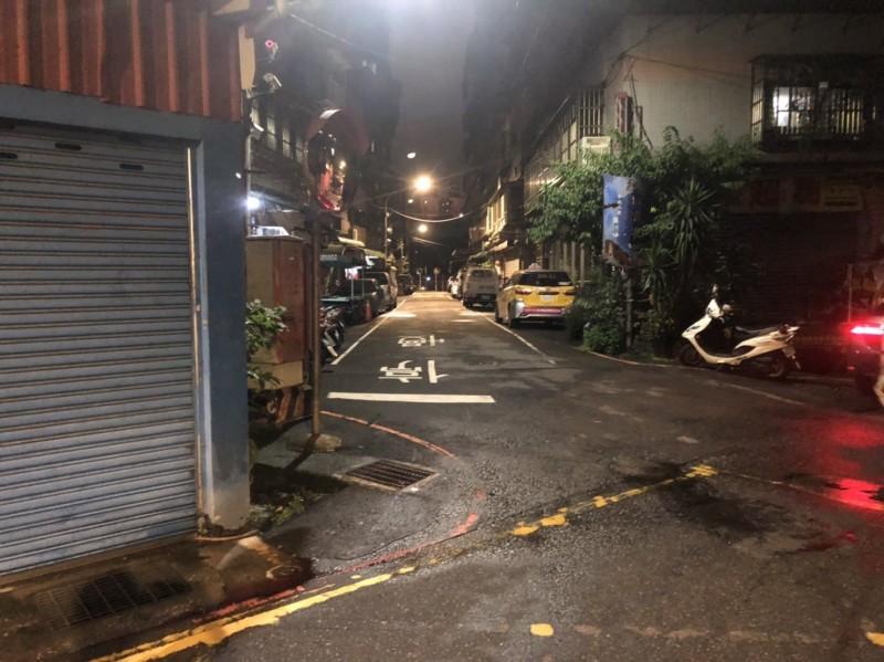 華安街16巷暗夜發生街頭鬥毆。(記者徐聖倫翻攝)