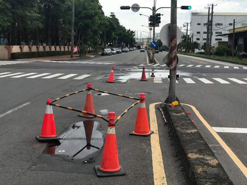 水利局將開挖仁武道路確認原因。(記者陳文嬋翻攝)