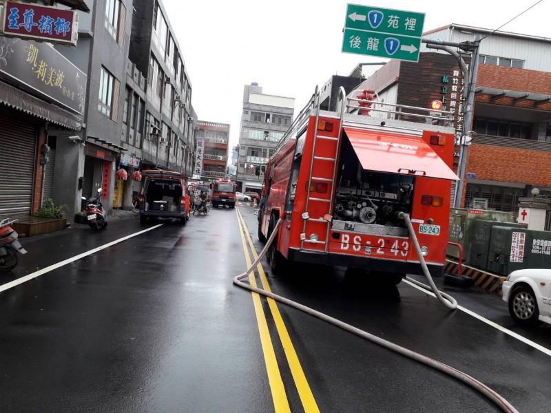通霄鬧區旅社火警,出動11輛消防車、動員25名消防員到場救援。(記者蔡政珉翻攝)