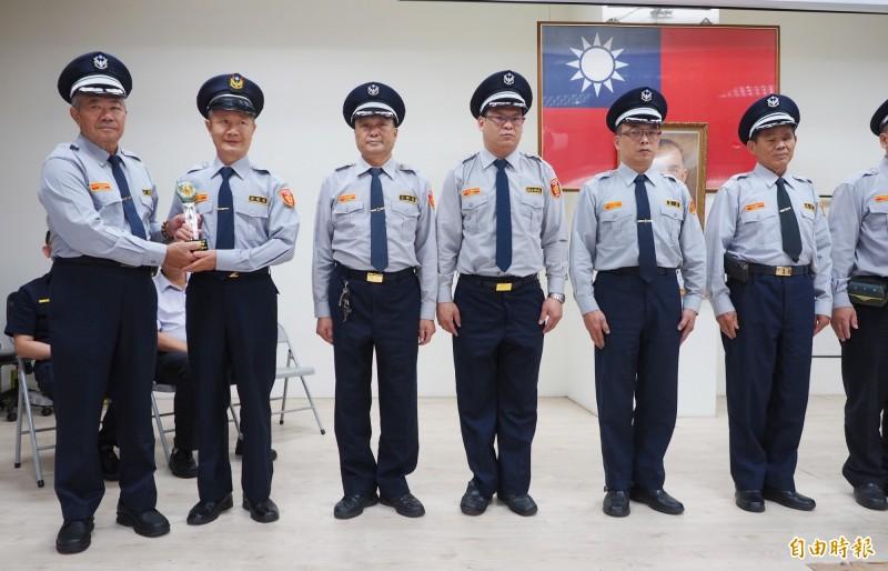 堅持義警服裝儀容要整齊的許發枝(左一)頒獎給績優義警時,自己和受獎者都服裝儀容標準。(記者陳鳳麗攝)