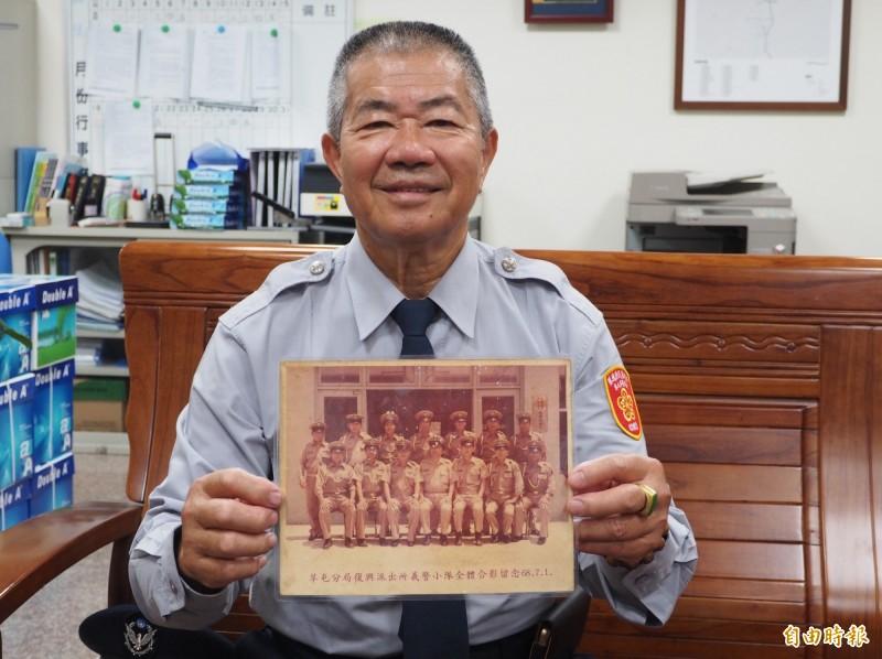 許發枝還保存41年前穿卡其色義警制服的復興派出所義警大合照。(記者陳鳳麗攝)