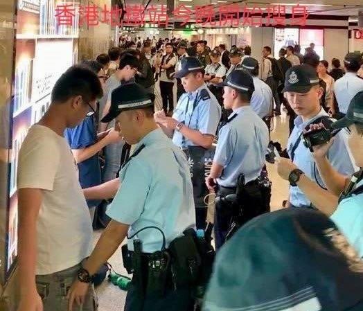 野百合學運領袖范雲在昨晚分享出港警在金鐘地鐵站對民眾搜身的照片,並指出有香港朋友說,這是解放軍換上港警服,引發許多網友議論。(翻攝自范雲臉書粉絲團)