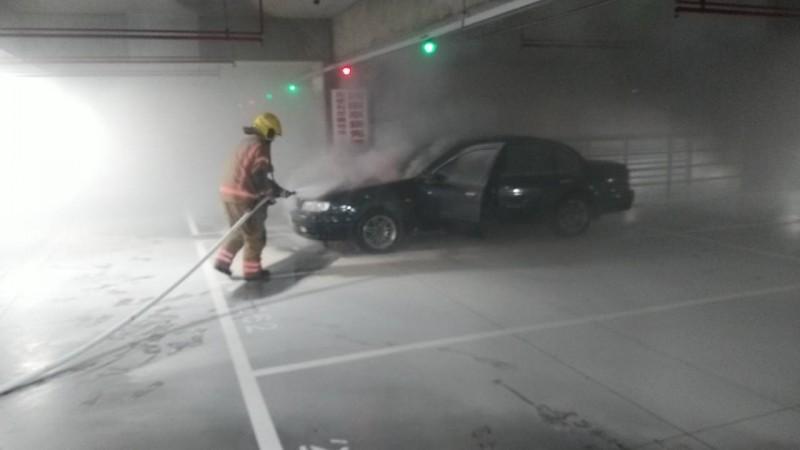 台南好市多賣場地下停車場汽車起火,消防員急滅火。(記者王俊忠翻攝)