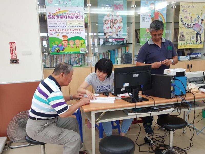 新北市衛生局今年起與台北區監理所合作,推出高齡駕駛人體檢、換照一站式服務。(衛生局提供)