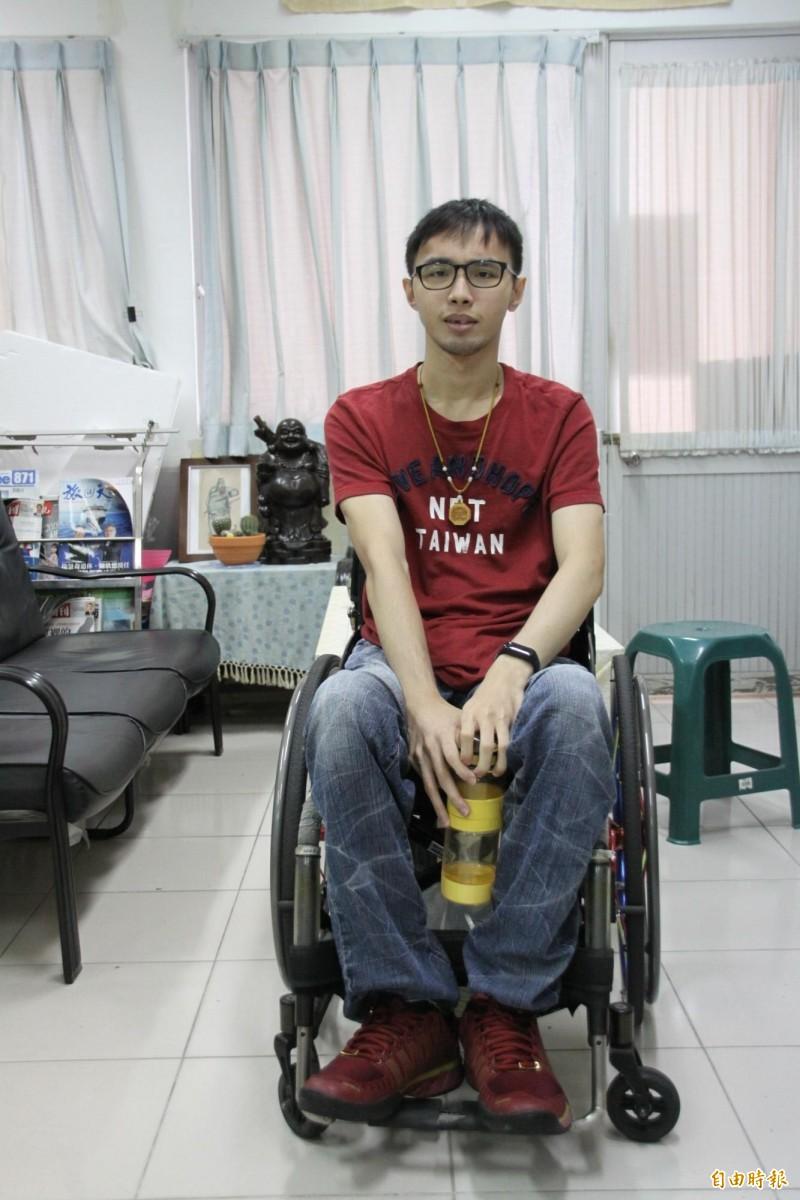 遲來的畢業證書,癱瘓生韓文昊將獲頒台首大典範教育獎。(記者楊金城攝)