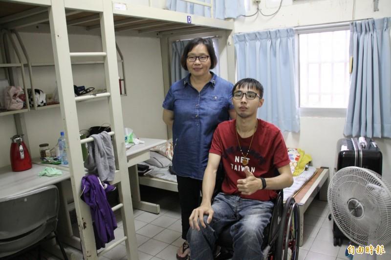 薛敏卿(左)辭掉工作,乾脆住在學校宿舍陪伴照料兒子韓文昊(右),完成大學學業。(記者楊金城攝)