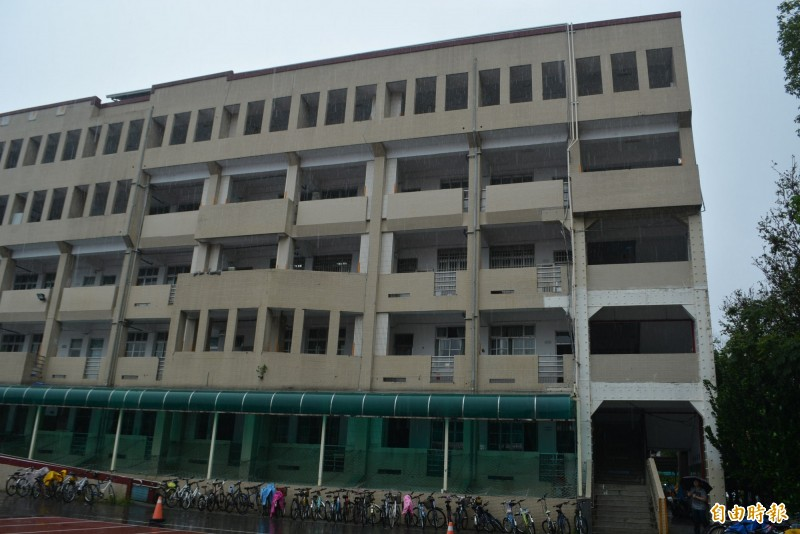 大里區成功國中至今沒有活動中心,學校希望拆除慈德樓危樓後,興建活動中心和地下停車場。(記者陳建志攝)