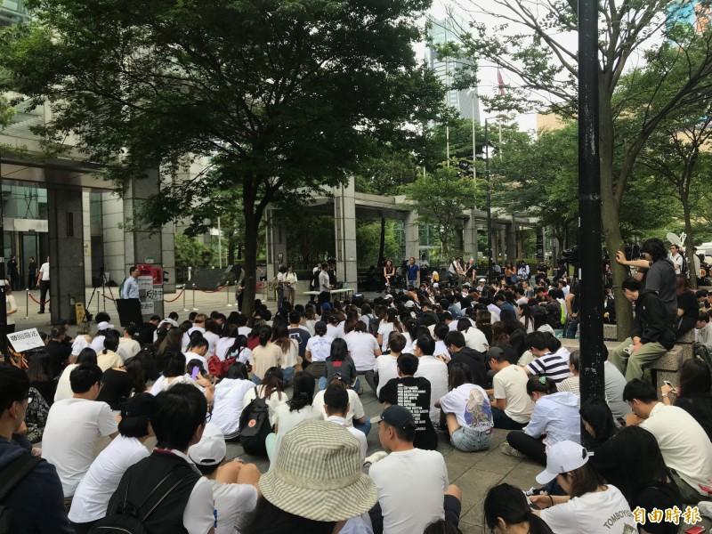 在台灣,包括台灣人權促進會、永社、人權公約施行監督聯盟、經濟民主連合等多個民間團體今也到台北的香港經貿文化辦事處樓下抗議,現場聚集數百名在台港人、台灣青年靜坐。(記者沈佩瑤攝)