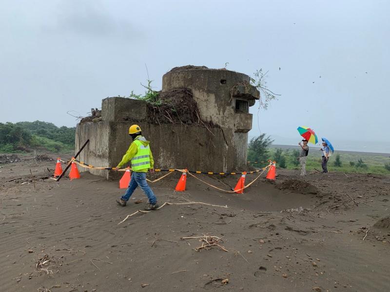 新北市政府文化局今天再度邀集相關單位到八里挖子尾會勘淡江大橋附近的砲框舍。(新北市政府文化局提供)