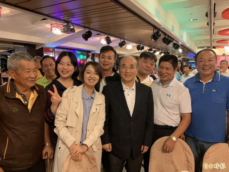 前立法院長王金平出席「北桃園王金平之友會」成立大會,與老友相見歡。(記者謝武雄攝)