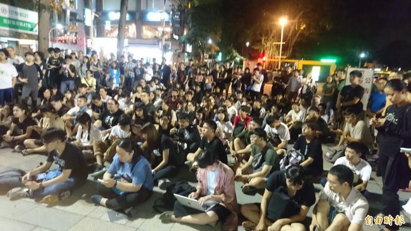 成功大學學生會在校門口直播香港反送中現場,聲援反送中,現場許多學生及民眾參與。(記者劉婉君攝)