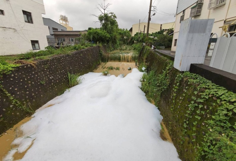 彰化大樹坑排水大雨過後變成泡泡河。(記者陳冠備翻攝)