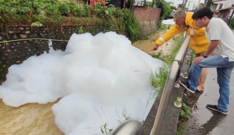 彰化大樹坑排水漂浮巨型泡沫,民眾感到好奇靠近觀看。(記者陳冠備翻攝)