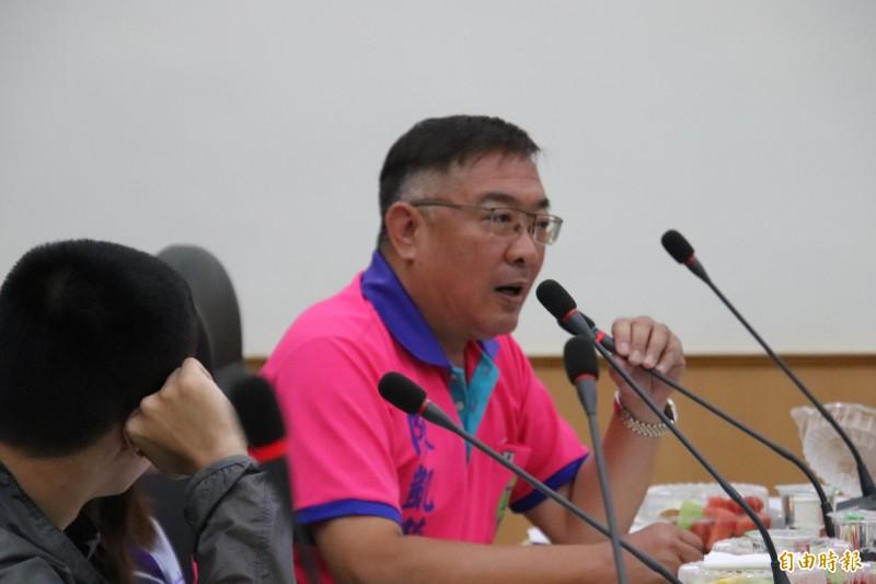 新竹縣議員陳凱榮對竹瓦未來民營化後議會能否發揮監督功能感到憂心。(記者黃美珠攝)