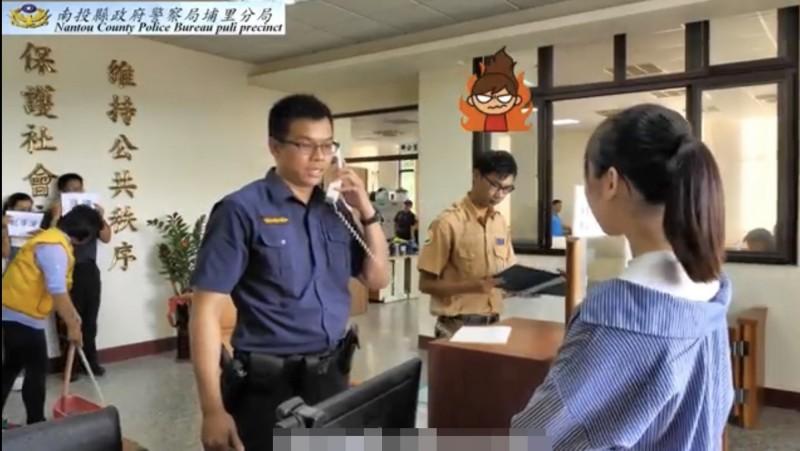 值班警員一直忙接電話讓報案民眾「森七七」。(圖擷自「我的派出所.我的家」影片)