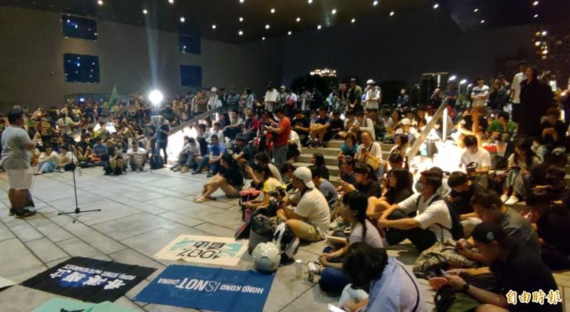 「撐香港、護台灣」行動以短講、演唱等方式表達對香港民眾的支持。(記者張菁雅攝)