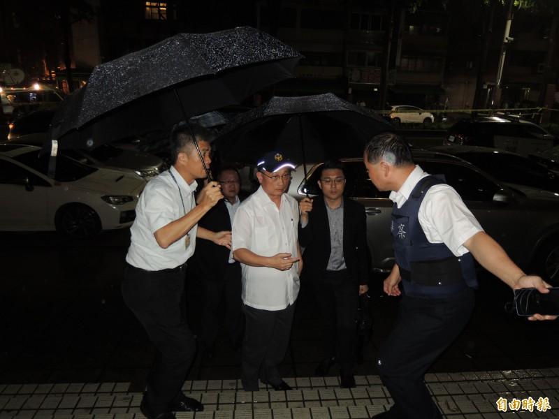 警政署長陳家欽(中)抵達桃園持槍挾持人質案現場關心。(記者周敏鴻攝)