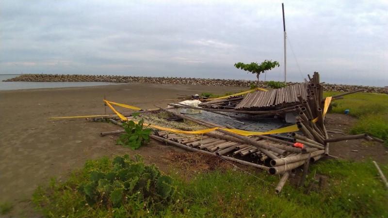 倒塌的竹棚架圍上封鎖線。(記者王俊忠攝)
