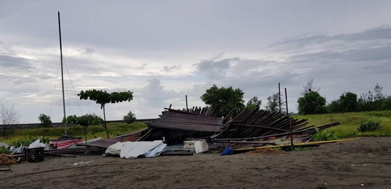 倒塌的竹棚架。(記者王俊忠翻攝)