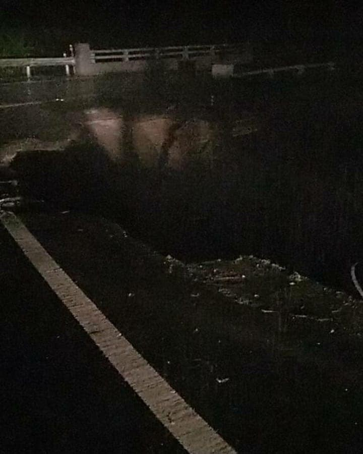 南投縣仁愛鄉台14線75.6公里忠勇橋路段,昨晚10時許路基掏空,路面塌陷出一個大洞。(圖由仁愛分局提供)