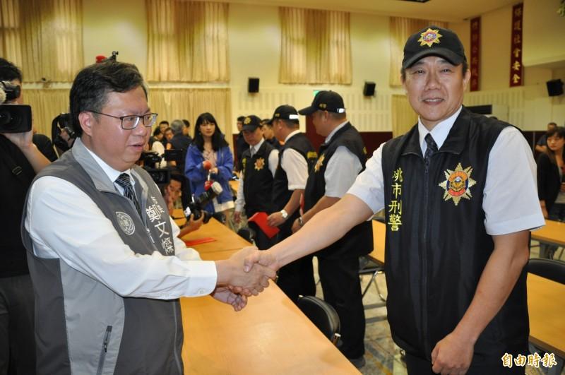 桃園市長鄭文燦(左)表揚桃園警分局偵查隊小隊長王強生(右)。(記者周敏鴻攝)