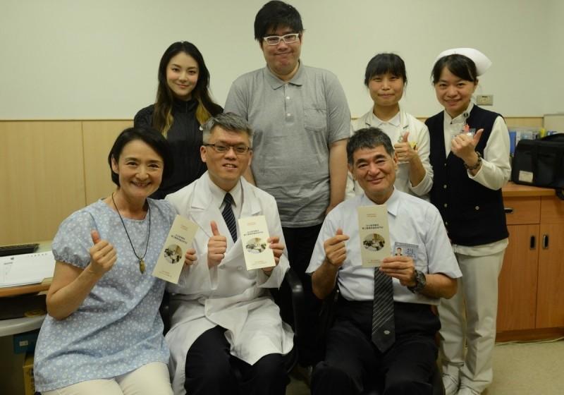 譚艾珍(前排左1)與女兒歐陽靖(後排左1),到台北慈濟醫院預立醫療照護門診諮商。(台北慈濟醫院提供)