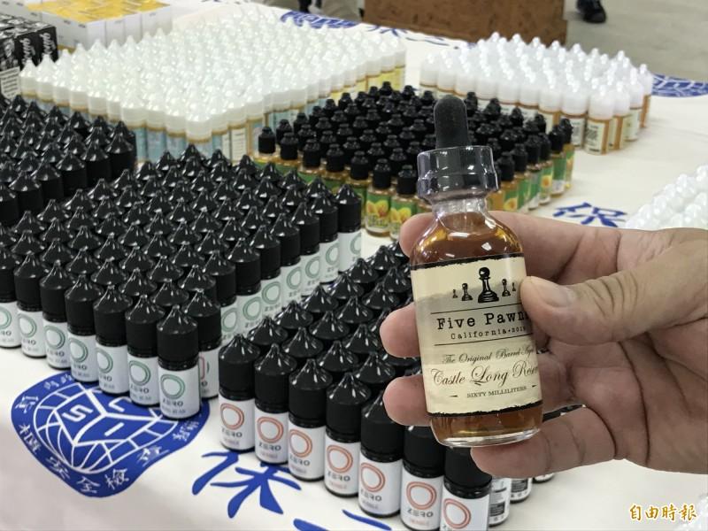警方查扣的菸油中,發現菸油界的LV。(記者吳昇儒攝)