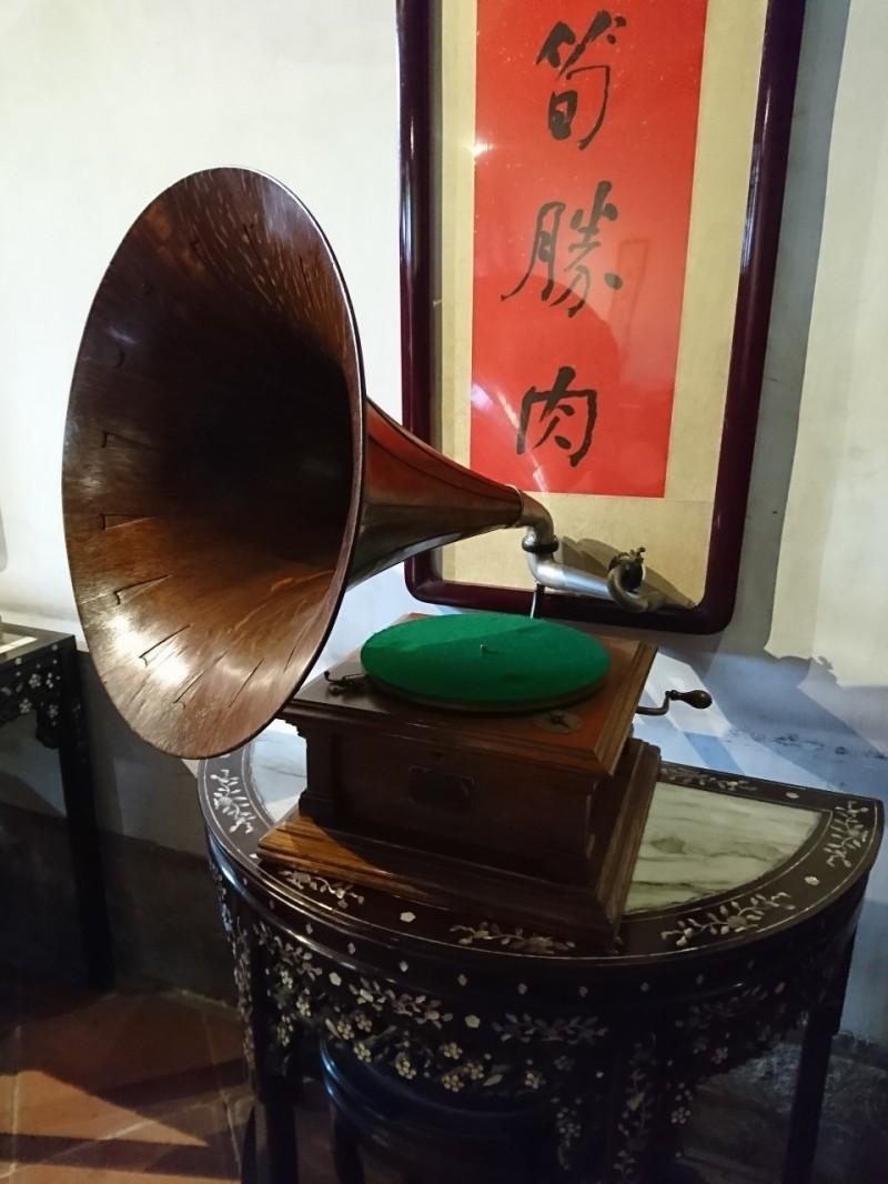 黃士豪將透過超過百年的勝利牌留聲機,播放80年前的勝利唱片。(圖由新北市政府文化局提供)