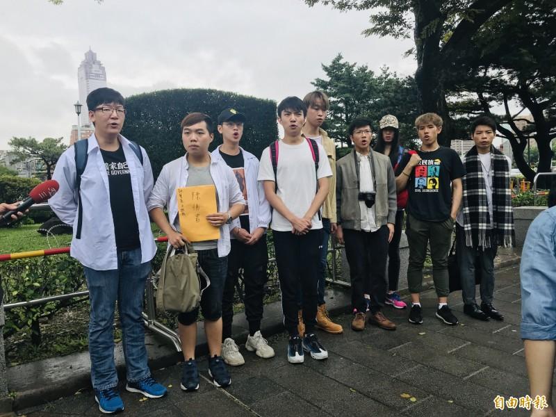 9名在台港生代表進入總統府陳情、請願。(記者黃欣柏攝)