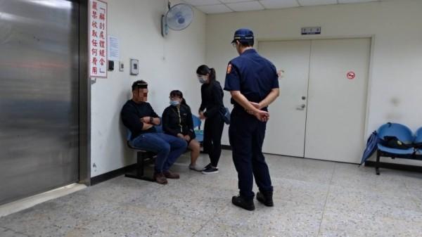 吳姓小五男童的父親(左一)與家人在解剖室外等候吳童剖驗,神情哀戚!(記者王俊忠攝)