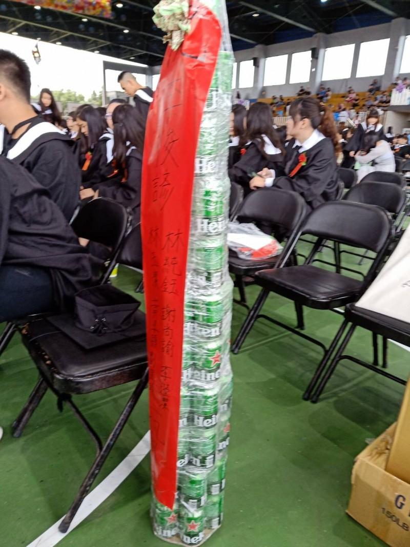 仁德醫校畢業典禮上出現兩座罐頭塔,格外引人注目。(記者鄭名翔翻攝)
