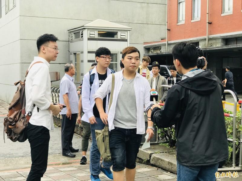 在台港生代表張俊豪等人,進入總統府陳情、請願。(記者黃欣柏攝)
