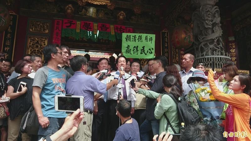賴清德到台南首廟天壇拜拜,喊話全黨團結支持蔡英文連任。(記者劉婉君攝)