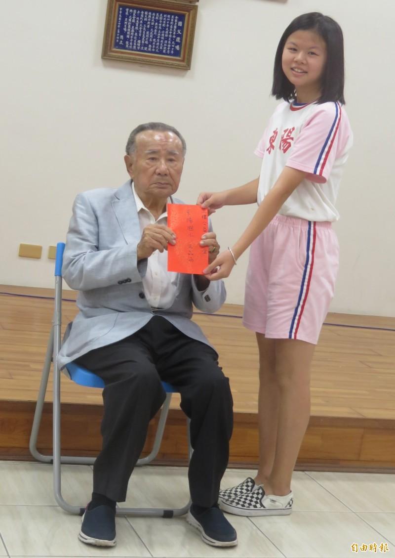 90歲的王禮(左)親頒王禮獎學金。(記者楊金城攝)
