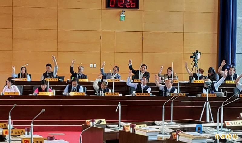 台中市議員請搭車到市議會的局處長舉手,大多數都舉手。(記者張菁雅攝)