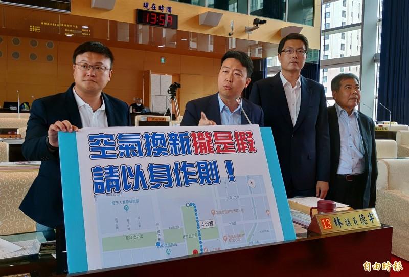 台中市議員施志昌、陳世凱、林德宇、何敏誠(由左至右)要求市府局處長共乘或步行到議會,以減少空污。(記者張菁雅攝)