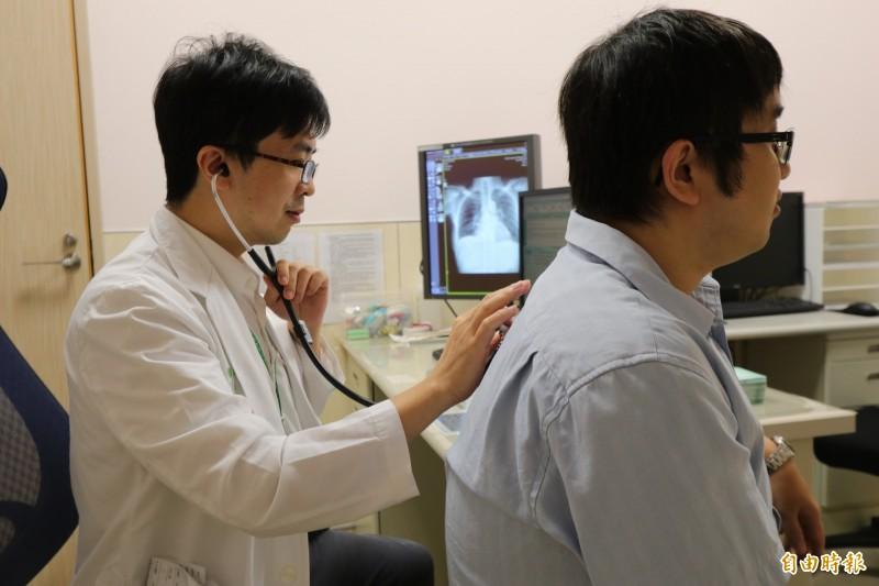 醫師林育生(左)建議民眾,應減少暴露在有害的粉塵環境,降低罹患「矽肺症」的風險。圖為情境照,圖中人物與本文無關。(記者陳建志攝)