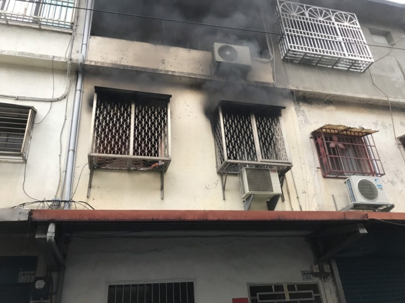 新竹縣今天傍晚發生一起疑似有人涉嫌縱火的住宅火警事件,確實事發原因還待警方深入調查。(記者黃美珠翻攝)