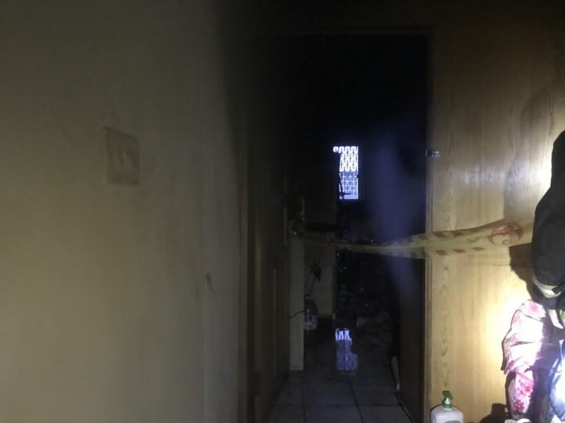 新竹縣今天傍晚發生1起疑似有人涉嫌縱火的住宅火警事件。(記者黃美珠翻攝)