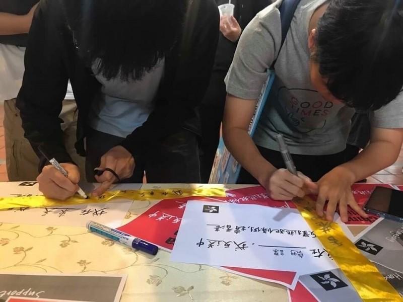 東吳大學師生今天在校內發起「#我在東吳我反送中」活動,活動包括學生會、學生議會、政治系學會、僑生聯誼會以及異議性社團難容社、跳馬社多個學生團體共同參與,吸引超過300名師生出席。(黃彥誠提供)