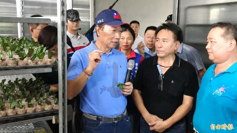 鴻海董事長郭台銘(左)參訪蘭花生技園區。(記者吳俊鋒攝)