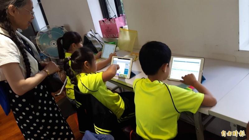高雄市六龜區新威國小採用「因材網」2年,研究學生利用教育AI系統,可增進識字率,改善數學及國文的通過,讓不愛聽老師上課的學生,也能自主學習。(黃馨緯提供)