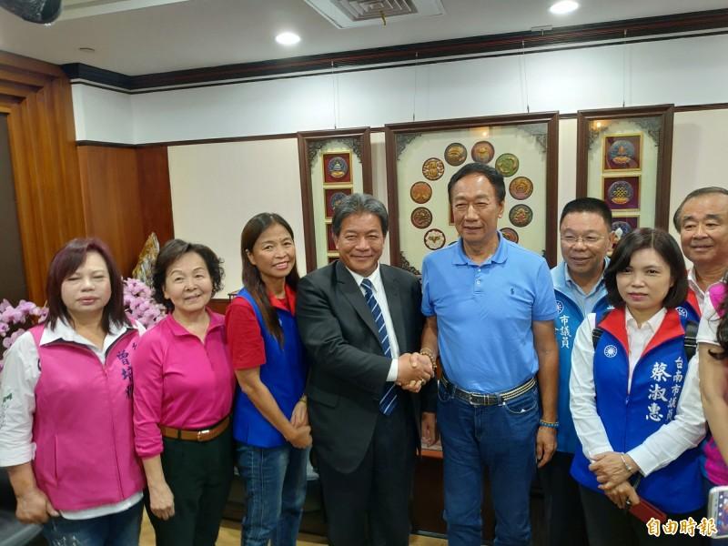 郭台銘(左五)前往台南市議會拜會國民黨團及議長郭信良(左四)。(記者蔡文居攝)